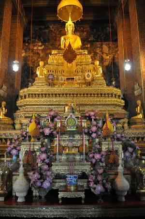 Der prachtvolle Innenraum des Buddha-Tempels Wat Po in Bangkok