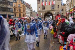 Der Rosenmontagsumzug 2020 findet an einem regnerischen Tag statt. Die Teilnehmer schützen sich mit Regenponchos als der Zug am Severinsburgtor beginnt