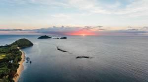 Der rote Sonnenuntergang in der Sulusee vor Punta Bulata