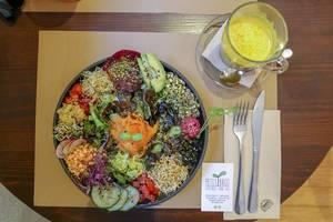 """Der Salat """"Ensalada del Sol"""" im veganen Petit Brot Restaurant in Barcelona, Spanien, mit Sauerkraut, marinierten Pilzen, rosa Hummus und Avocado"""