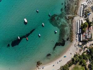 Der Strand in Afitos aus der Luft fotografiert