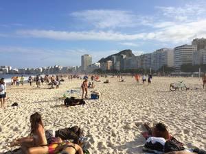 Der Strand Praia de Copacabana in Rio de Janeiro, Brasilien