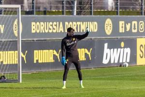 Der Torwart von Borussia Dortmund, Roman Bürki, schütz sich vor der Sonne auf dem Trainingplatz
