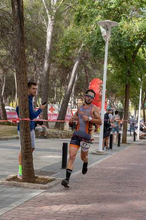 Der Triathlet Guillermo läuft beim Challenge Triathlon in Peguera
