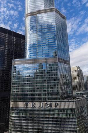 Der Trump Tower: das zweithöchste Gebäude Chicagos. Aufnahme an einem sonnigen Tag