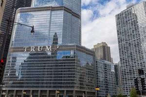"""Der Trump Tower in Chicago mit dem großen """"Trump"""" Schriftzug auf der Vorderseite des Gebäudes"""