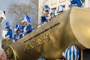 Der Wagen Dicke Berta der Kölner KG Blau-Weiß beim Rosenmontagszug - Kölner Karneval 2018