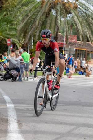 Der Wechsel von Laufen auf das Rad geschieht barfuß bei dem Challenge Triathlon in Peguera