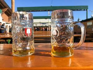 Der Wiesngruß - zwei nicht vollständig ausgetrunkene Maß Bier