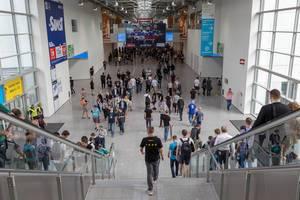 Der zentrale Gang im Koelnmesse Messegebäude der zu verschiedenen Hallen führt
