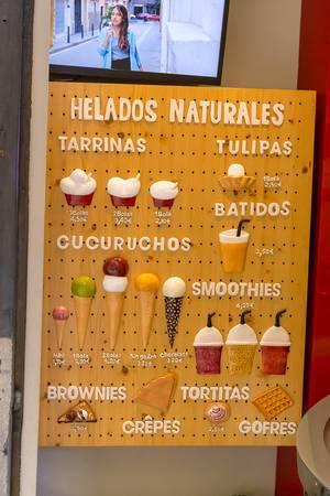 Designer Speisekarte bietet verschiedene gesunde Desserts wie Eis, Smoothies und Waffel mit bunte Illustrationen in einem Eisbar in Barcelona, Spanien