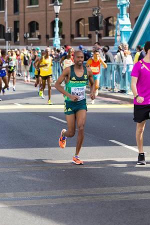 Desmond Mokgobu und weitere Läufer (Marathon Finale) bei den IAAF Leichtathletik-Weltmeisterschaften 2017 in London
