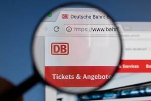 Deutsche Bahn Logo am PC-Monitor, durch eine Lupe fotografiert
