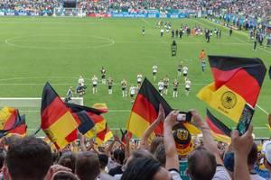 Deutsche Flaggen beim Spiel Deutschland gegen Mexiko