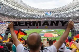 Deutsche Fußball-Fans mit Schals und Flaggen beim Spiel gegen Mexiko