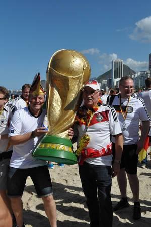 Deutsche Fußball-Fans tragen riesige Nachbildung des FIFA-WM-Pokals - Fußball-WM 2014, Brasilien