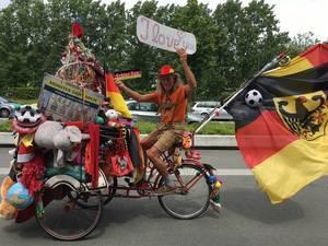 Deutscher Fan auf Fahrrad / German supporter on bike