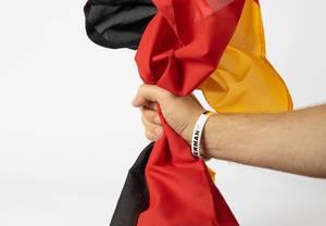 Deutscher Fußball-Fan hält deutsche Flagge in der Hand