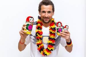 Deutscher Fußball-Fan mit WM-Trikot und Babuschkas