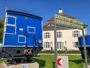 Deutsches Museum Verkehrszentrum alte blaue Eisenbahn auf Schienen und sonnigem Wetter