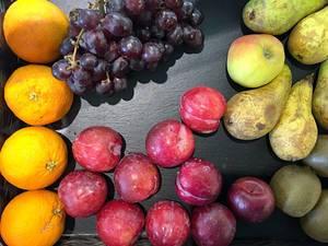 Deutsches Obst aus der Region: Birnen, Pflaumen, Weintrauben und Äpfel