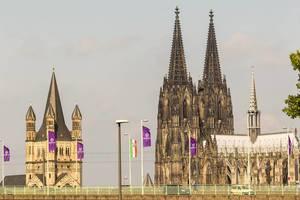 Deutzer Brücke mit Gamescom-Flaggen und Groß St. Martin und Kölner Dom im Hintergrund