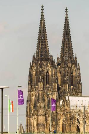 Deutzer Brücke mit Gamescom-Flaggen und Kölner Dom im Hintergrund