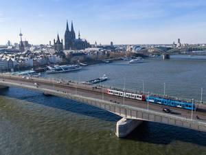 Deutzer Brücke mit KVB-Bahn und Kölner Dom im Hintergrund