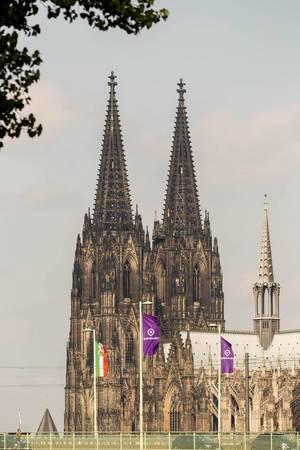 Deutzer Hängebrücke mit Kölner Dom im Hintergrund