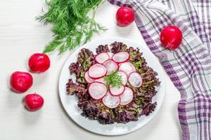 Diät-Salat mit Radieschen und Salat auf weißem Holzhintergrund - Die Ansicht von oben