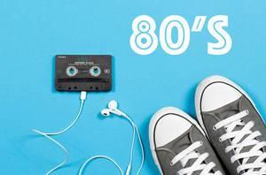 Die 80er - Kassette mit Kopfhörern und Turnschuhen