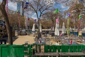 """Die Alkoholfreie Bar """"GAMAR - Espai sense alcohol"""" mit Außenterrasse im Barceloneta Park in Barcelona, der spanischen Region von Katalonien"""