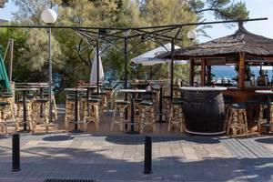 Die Barhocker einer Bar mit Meerblick an einer Promenade auf Mallorca