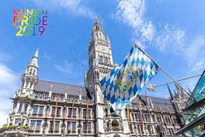 Die bayrische Landesflagge weht vor den LGBT-Fahnen in München, während des queeren Munich Pride 2019 Festivals