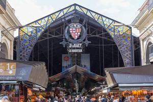 """Die bekannteste Markthalle in Barcelona """"Mercat de la Boqueria"""" mit Obstständen und Fleischverkauf, liegt an der Straße La Rambla in Spanien"""