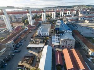 Die Brücke Ponte 25 de Abril in Lissabon, Portugal (Drohnenfoto)
