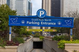 Die Einfahrt zum Grant Park North Tiefgarage in Chicago