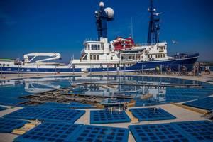 Die Erneuerung des Gruß and die Sonne Monuments in Zadar, Kroatien mit Schiff im Hintergrund