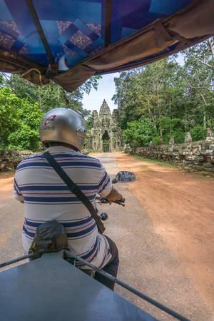 Die Fahrt in Richtung des Victory Gates in einem Tuk Tuk in Siem Reap