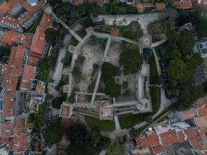 Die Festung Castelo de São Jorge in Lissabon, Portugal aus der Vogelperspektive (Drohnenfoto)
