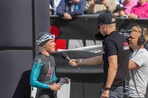 Die finnische Profi-Athlethin Kaisa Sali vor dem Start des Ironman Triathlon in Lahti, beim Interview mit einem Fernsehteam