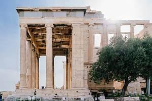 Die gigantischen Säulen der Akropolis, im Vergleich zu der Größe von Besuchern