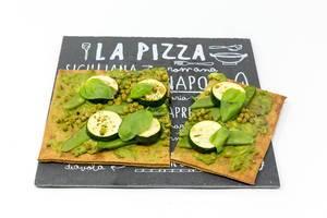 Die grüne von Lizza  - Vegane Pizza mit Boden aus Chia und Leinsamen mit Zucchini, Erbsen und grünen Bohnen auf Pizzeriaschild