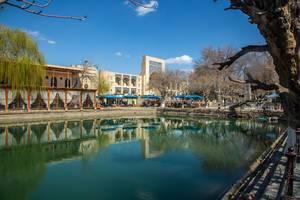 Die Hotelanlage des Lyabi Haus mit Wintergarten und Wasserbecken in Buchara, Usbekistan