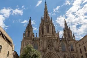 "Die Kathedrale ""La Catedral de la Santa Creu i Santa Eulàlia"" im gotischen Stil am Pla de la Seu im Erzbistum Barcelona, Spanien"