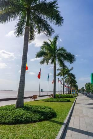 Die mit Palmen bewachsene Promenade am Mekong Fluss in Phnom Penh