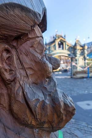 Die Nase eines Holz-Zwerges im Profil