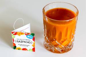 """Die neue Gemüsesuppe """"Gazpacho"""" von Innocent in ein Glas gefüllt, enthalt Weißweinessig, Knoblauch, Zwiebeln, Zitronen, Tomaten, rote Paprika und Gurke"""