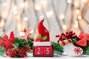 Die Nummer 25 des zweiten Weihnachtsfeiertages mit einer roten Weihnachtsmütze