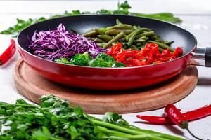 Die Pfanne ist mit leckerem und gesundem gedünstetem Gemüse gefüllt